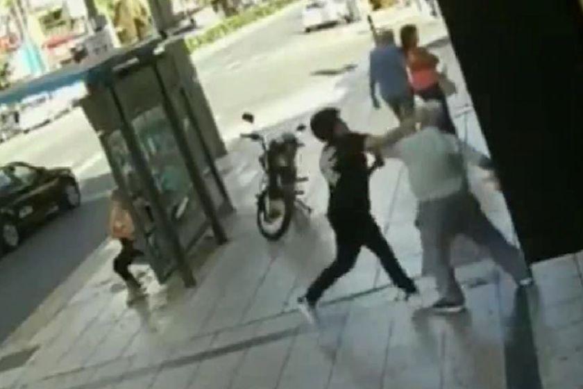 Un joven golpeó en plena calle a un anciano y otro hombre lo desmayó a piñas al agresor