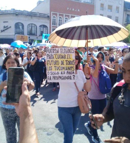 Los maestros tucumanos exigen que el gobierno les pague lo que les debe, y volvieron a manifestarse masivamente en Plaza Independencia