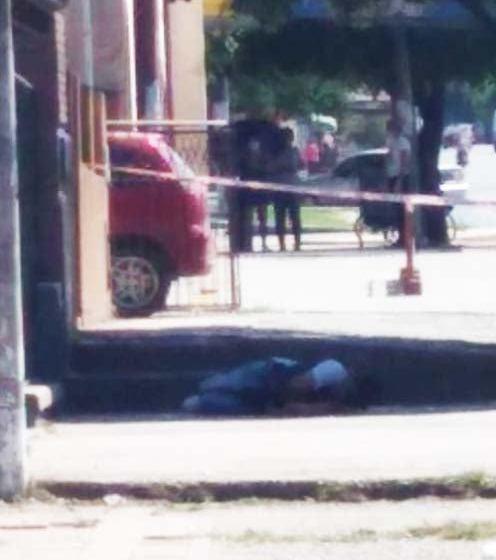 ALERTA Y PREOCUPACION: En Villa Mariano Moreno, un joven con barbijo, fue encontrado muerto en la calle
