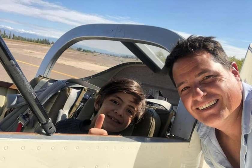 """"""" HEROE CON ALAS """": Un piloto cruzó el país para llevarle medicamentos a un niño"""