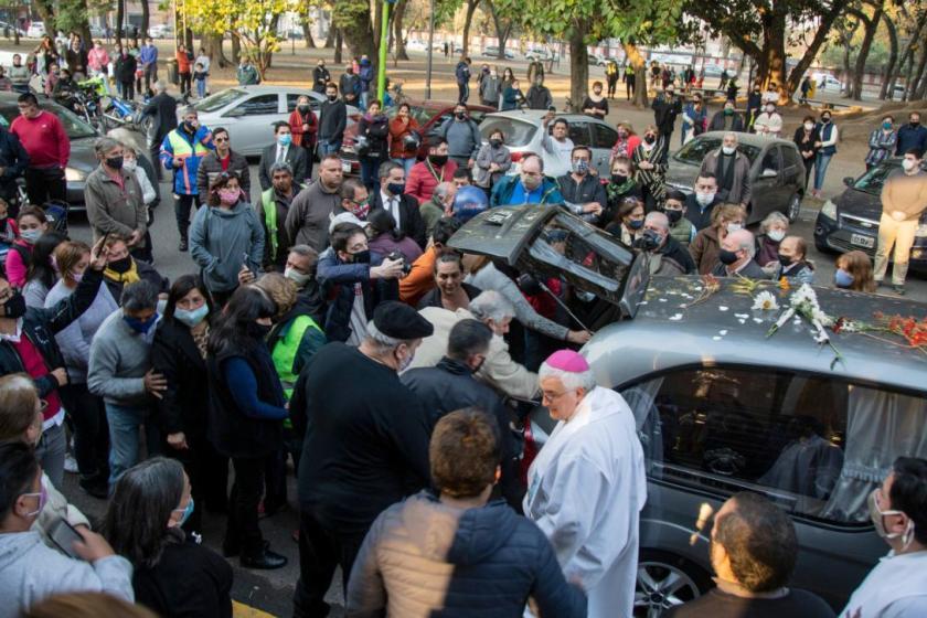 Multitudinaria despedida  al padre Oscar Juárez