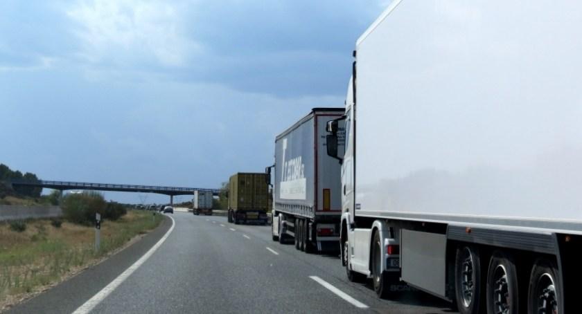 """Camioneros avasallaron a la policía y cruzaron """"SIN CONTROLES SANITARIOS"""" desde Santiago a Tucumán"""