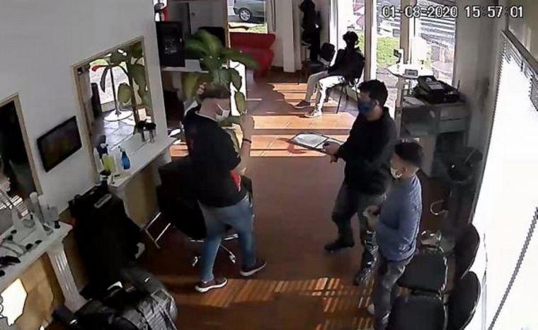 Padre e hijo se cortan el pelo y luego asaltan al peluquero (VIDEO)
