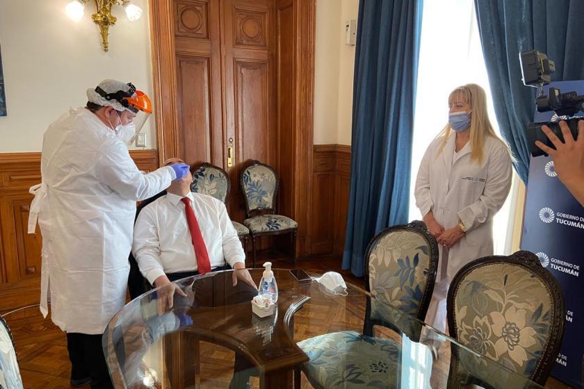 Juan Manzur dio negativo en un nuevo test de coronavirus