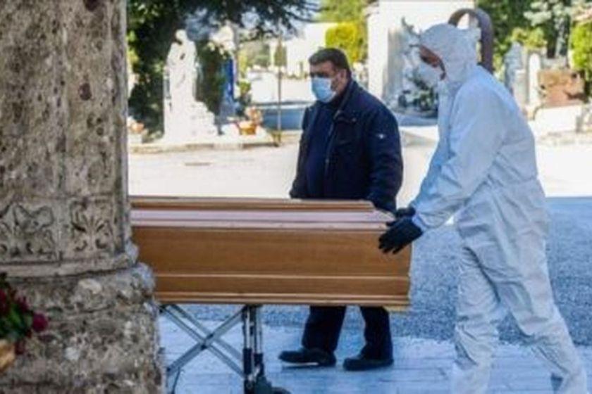 En Salta interceptaron un coche fúnebre y realizaron un velatorio en forma clandestina