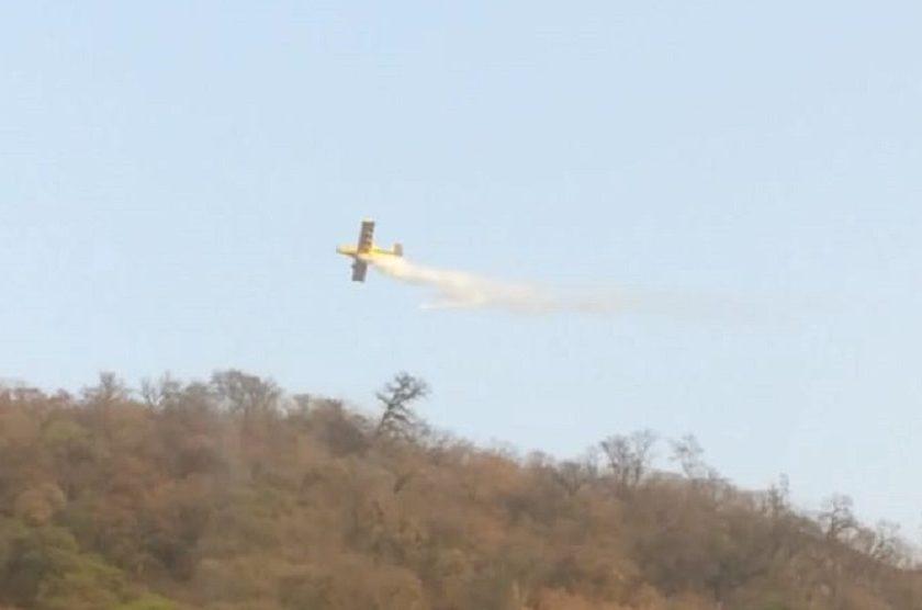 Con un avión hidrante sofocan un incendio en El Cadillal