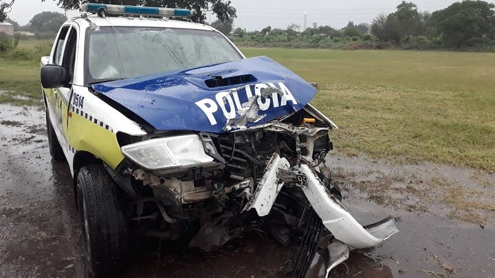 Un policía se llevó una camioneta para ir a su casa y chocó contra un árbol