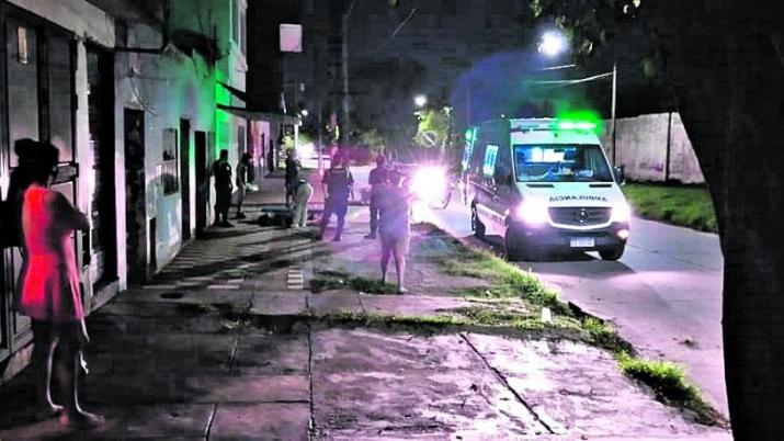 Una joven que estaba siendo golpeada fue salvada por un vecino de 12 de octubre al 1.100