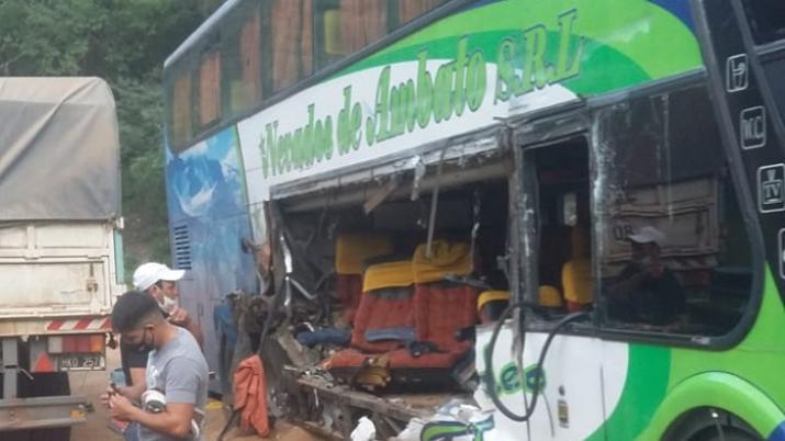 Santiago del Estero: Terrible accidente entre un camión y un micro de obreros golondrinas