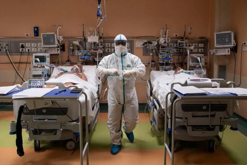 Coronavirus en Inglaterra: pacientes son atendidos en las ambulancias porque faltan camas