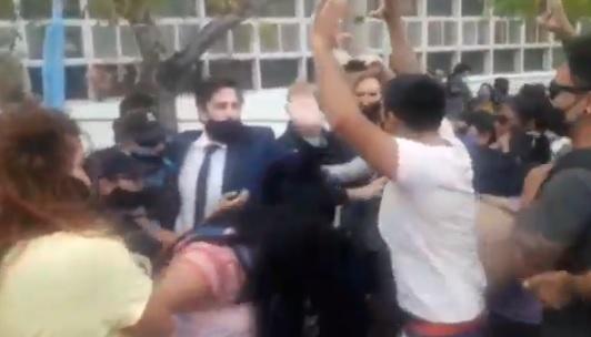 CHUBUT:Docentes interceptan vehículo donde Trotta se iba a retirar(VIDEO)
