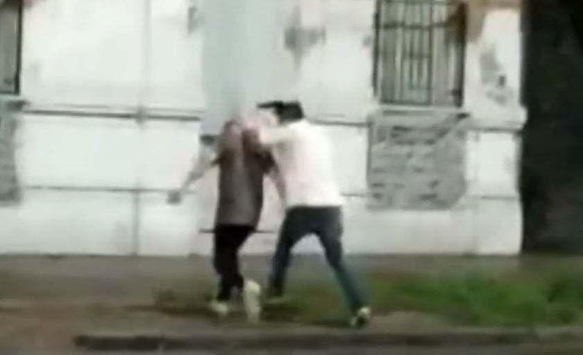 (VIDEO)Detienen a un policía por aprietes con su arma en plena calle(VIDEO)
