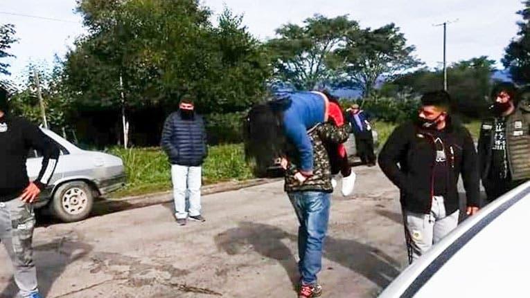 TUCUMAN:  Por los cortes de ruta deben cargar sobre el hombro a los pacientes para seguir viaje