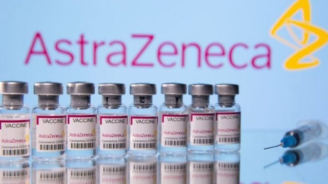 Un importante funcionario de la Agencia Europea de Medicamentos cree que hay que suspender la aplicación de la vacuna de AstraZeneca si hay otras alternativas disponibles