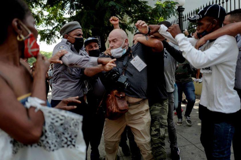 CUBA: Detienen a cinco periodistas