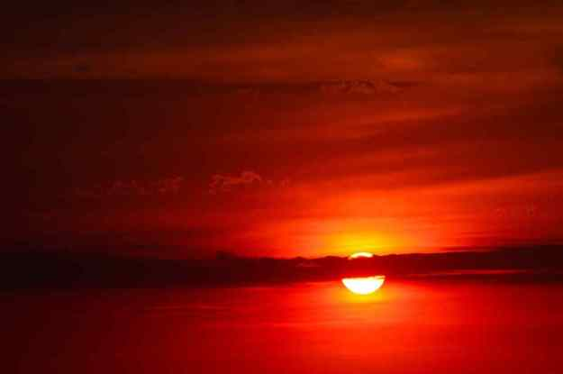 que significa el sol rojo