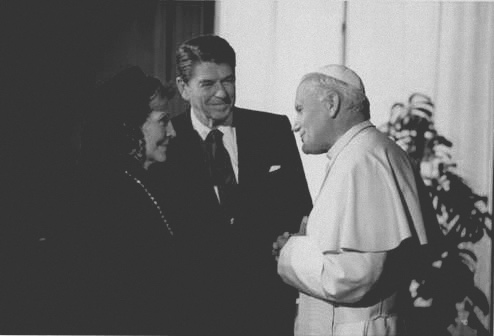 Juan Pablo Segundo y Ronald Reagan. Bajo licencia Creative Commons.
