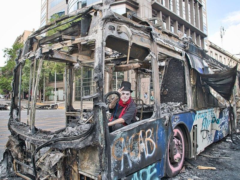 Bus del Transantiago quemado durante las protestas en Santiago.