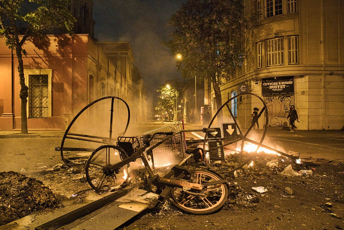 Barricada durante las protestas en Santiago de Chile