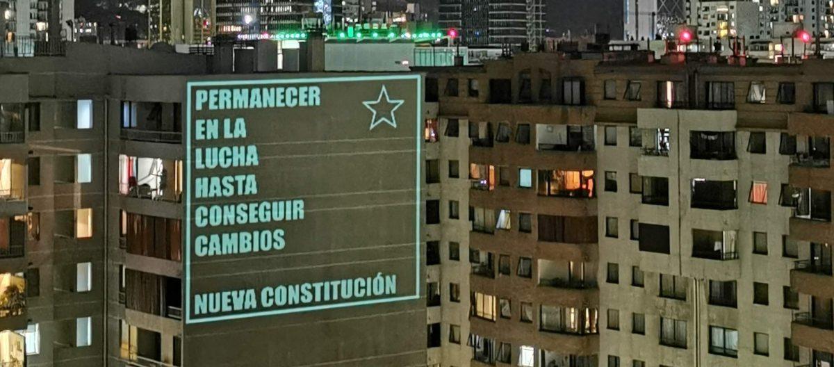 Proyección del artista visual Matías Segura en las protestas de Santiago.
