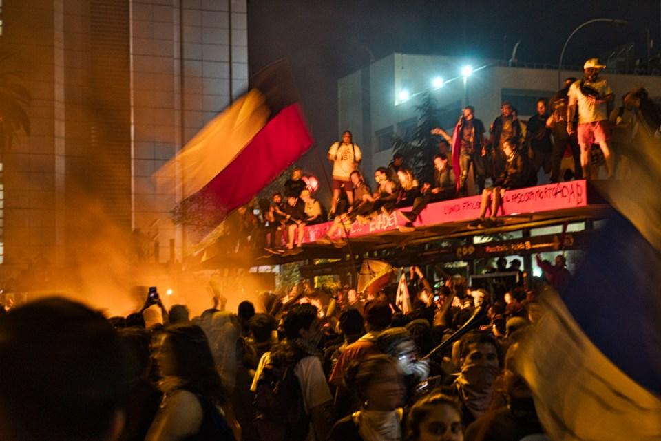 Manifestantes en la Plaza de la Dignidad en llamas