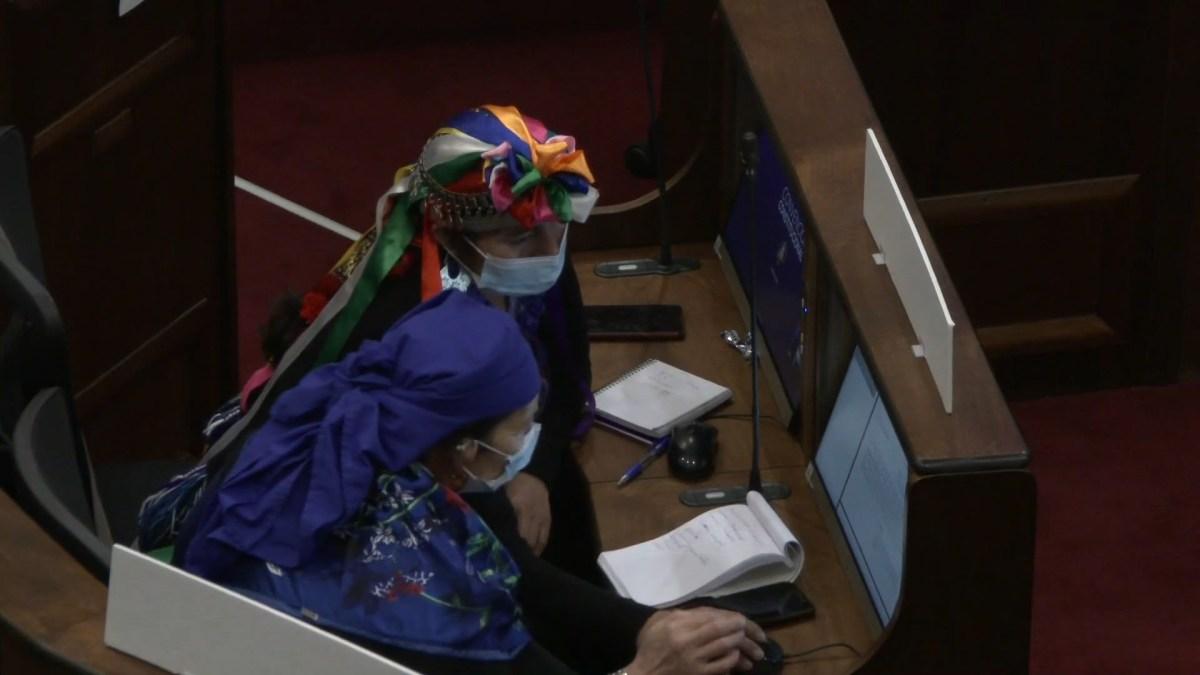 Elisa Loncón Antileo junto a la Machi Francisca Linconao Huircapán en la Convención Constituyente