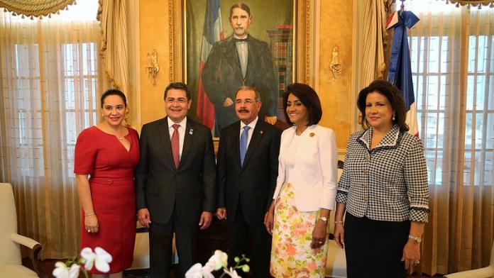 LOS PRESIDENTES DE HONDURAS Y R.D. CON SUS PRIMERAS DAMAS Y LA VICE-PRESIDENTA DE LA REP. 2