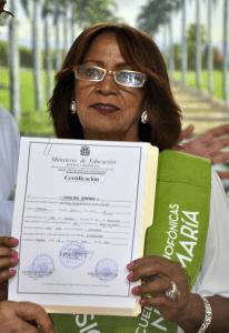 Fidelina Jiménez, es un ejemplo hace 63 anos que inicio los estudios, los dejo y este sábado a sus 67 años de edad se gradúa de octavo grado en la Escuela Radiofonica de Radio Marien  en Dajabon y piensa seguir hasta hacerse bachiller y estudiar en la universidad.