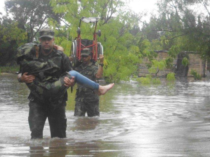 militares-evacuando