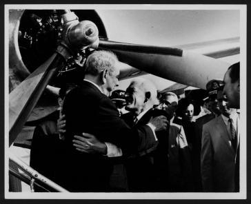 BOSCH Y LUIS MUÑOZ MARIN EN AEROPUERTO 1963.