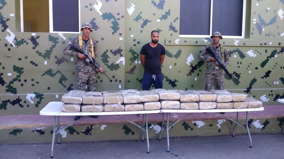 Resultado de imagen para Miembros del #EjercitoRD dan otro duro golpe al narcotráfico ocupando 410 libras de un vegetal presumiblemente Marihuana, oculto en un camión.