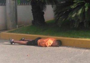 Niños duermen en sitios públicos de Santiago