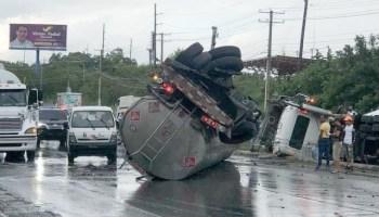 Un camión que transportaba combustible se volcó la tarde de este jueves en un accidente que involucró otro vehículo pesado y que ocurrió en la autopista Duarte, próximo a la entrada del Aeropuerto Internacional de Cibao. Juan Cabrera, quien resultó ileso en el choque, narró que el accidente se produjo cuando una patana se le atravesó mientras transitaba por la autopista Darte. El accidente provocó el derrame de unos 12 mil galones de gasoil, ocasionando pérdidas. El cuerpo de Bomberos del municipio de Puñal, reportó que algunas personas resultaron con heridas leves