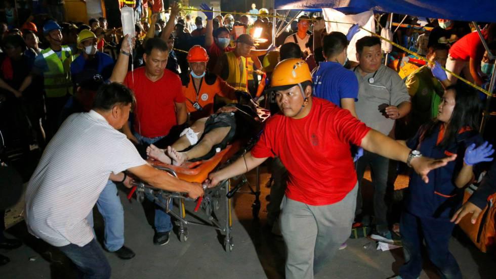 Un equipo de rescate transporta a una de las víctimas del terremoto del lunes en Filipinas. Foto cortesía