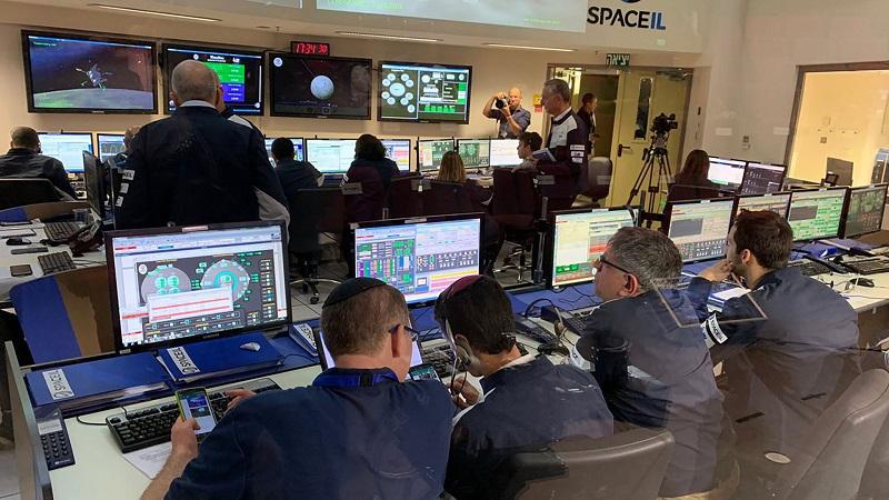 En la sala de control espacial los ingenieros maniobraron el módulo antes de la pérdida de contacto. Foto cortesía