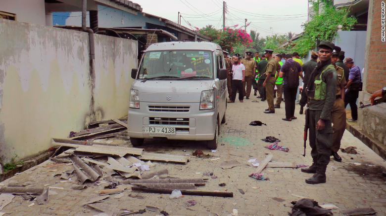 La policía y los soldados de Sri Lanka aseguran el lugar de una explosión y un tiroteo el 26 de abril por la noche. Foto cortesía