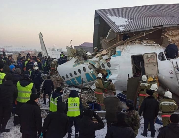 El avión de la aerolínea Bek Air cayó al poco tiempo de despegar este viernes en la mañana. Foto cortesía
