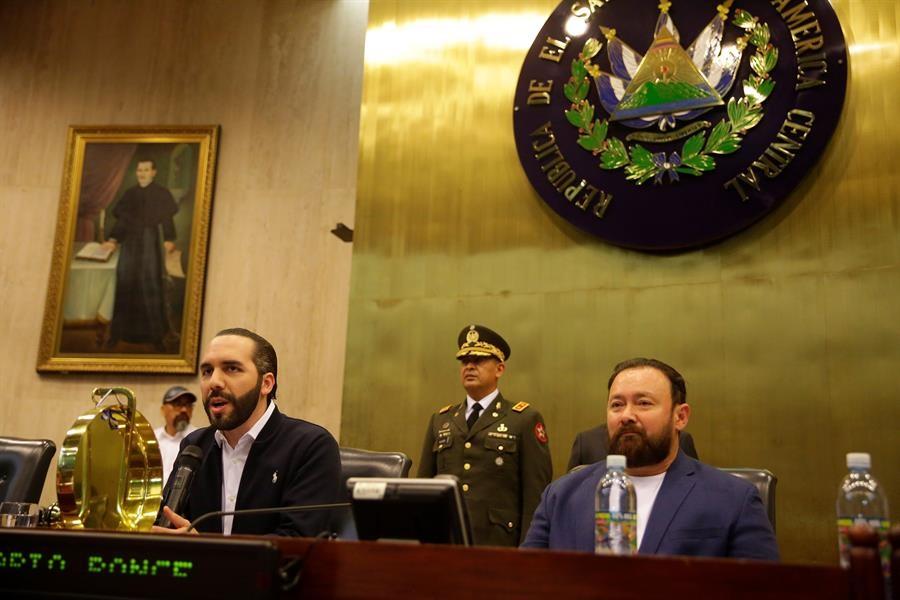 Bukele ocupó el estrado que normalmente ocupa la directiva del Congreso en el salón de sesiones. Foto cortesía