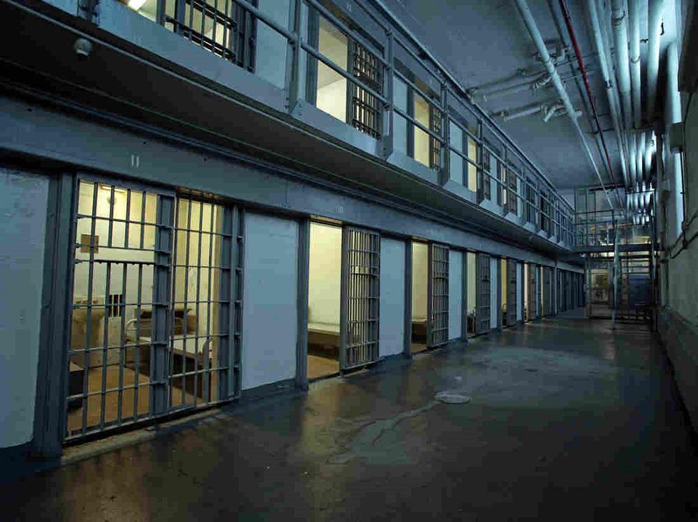 La COVID está en la prisión - El Sol Latino
