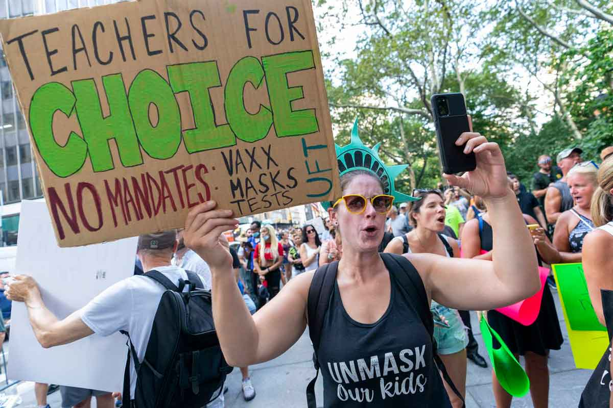 Profesores disidentes al mandato de vacunas - El Sol Latino