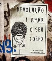 """@fridafeminista 5k seguidores. Grupo feminista brasileño cuelga """"lambes"""" por las calles de São Paulo con frases de apoyo y empoderamiento a las mujeres, creado por http://www.sinestesiaestudio.com/"""