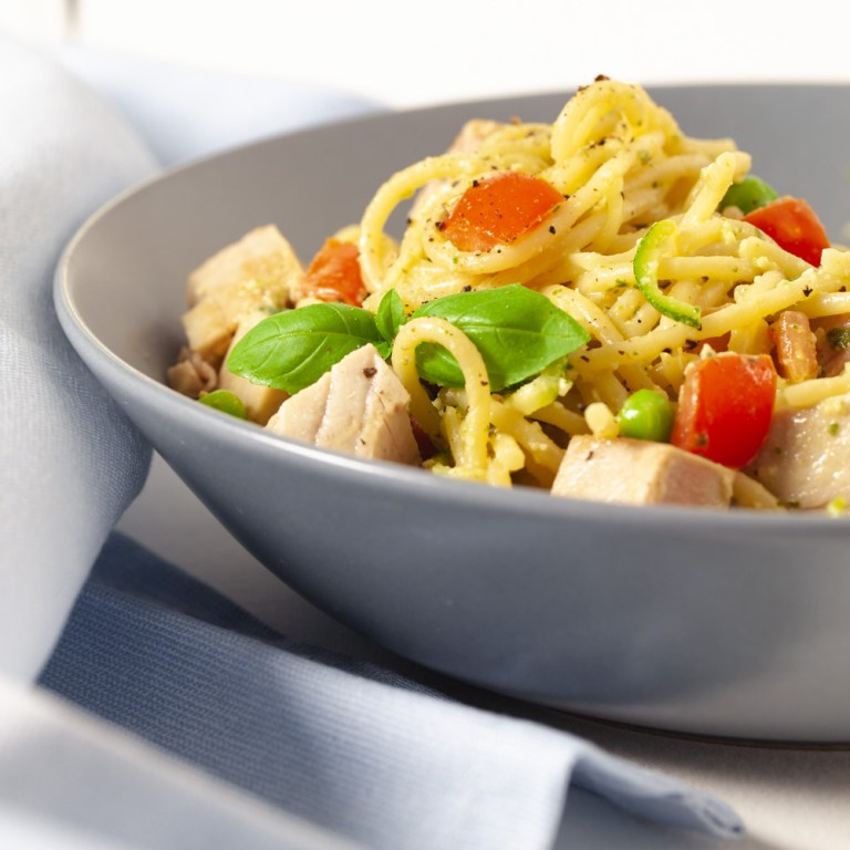 Spaghetti with pesto and fresh tuna