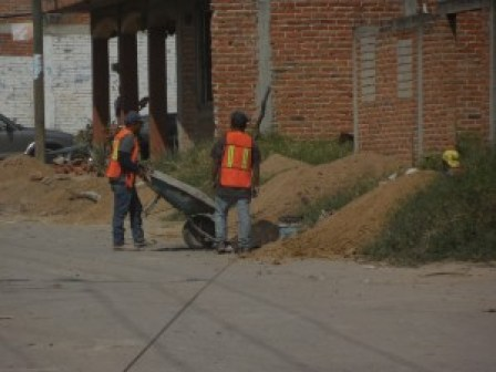Trabajadores laborando en el establecimiento de servicios básicos en la colonia El Triangulo de Tuxpan, Jalisco.