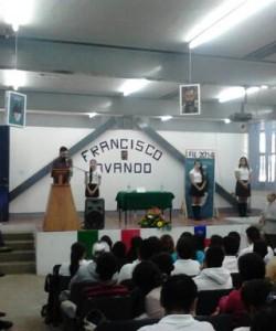 Francisco Ovando Silva, respondiendo preguntas de los estudiantes.