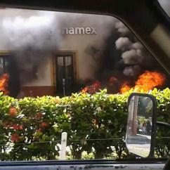 Incendio de autos a las afueras del banco Banamex deTuxpan, Jalisco. Por: Cesar Alberto Isabeles Guerreo