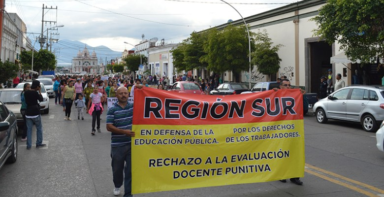 Maestros de Ciudad Guzmán marchan en contra de la reforma educativa