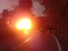Reportan cinco bloqueos carreteros en la Costa Sur de Jalisco; tras emboscada a policías