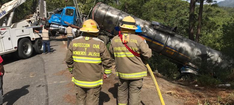 En volcadura, pipa pierda más de 10 mil litros de gasolina