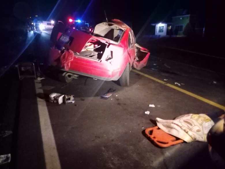 Tres personas fallecidas deja choque de autobús de pasajeros con auto compacto en El Jazmín