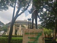 Cubren rostro de Arreola en rotonda como protesta por feminicidios y desapariciones